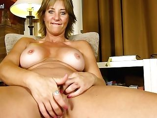 Sexy Yankee Housewife Shows Off Hot Bod And Masturbates - Maturenl