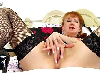 Hot Crimson Brit Cougar Stuffing Her Undies In Her Raw Cooter - Maturenl